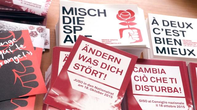 Stapel mit Werbematerial der Juso Schweiz auf einem Tisch