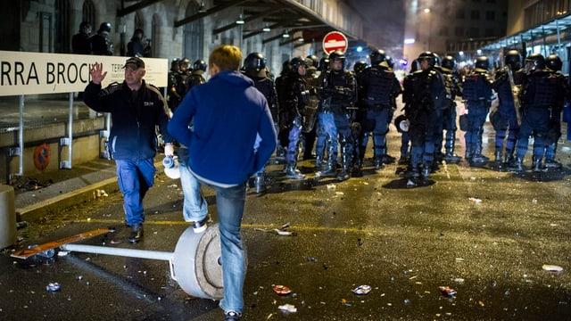 Demonstrant und zahlreiche Polizisten in Winterthur.