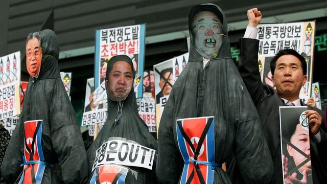 Demonstranten provozieren im südkoreanischen Seoul mit Porträts der nordkoreanischen Machthaber.