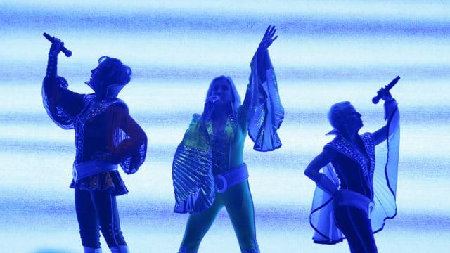 Silhouette von drei Tänzern mit Mikrophonen
