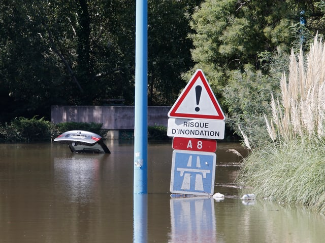 Ein überschwemmtes Strassenschild.