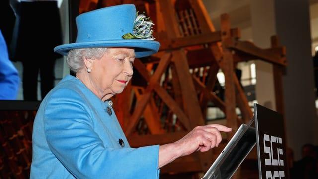 Königin Elizabeth II. setzt ihren ersten Tweet ab.