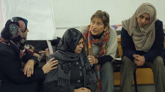 Ursula Hauser mit Frauen in einer Psychodramasitzung.