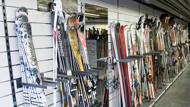 Skier in einem Sportgeschäft an der Wand aufgereiht