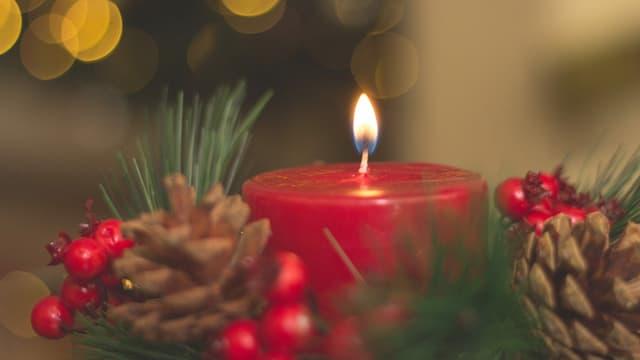 Teil eines Adventskranz mit einer roten Kerze