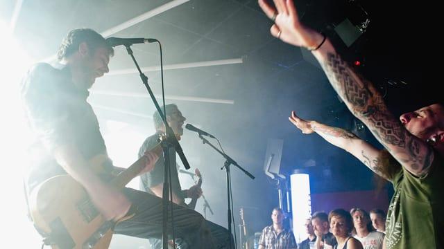 Sänger Chris Wicky und seine Mannen rocken auf der Bühne, die Fans machen mit.