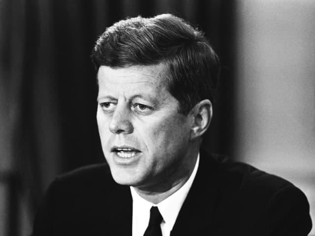 Kennedy auf einer Schwarz-Weiss-Aufnahme von 1962.