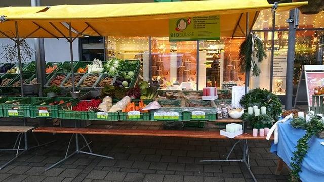 Marktstand mit Gemüseauslage.