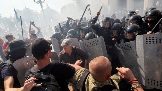 Las demonstraziuns dals naziunalists avant il parlament ucranais a Kiew èn escaladas.