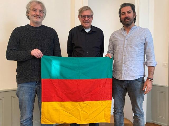 Die Initianten des «Tages der Republik» mit der Revolutionsflagge: V. l.: Stephan Müller, Peter Roschi, Ivica Petrusic.