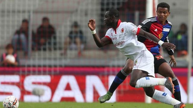 Manuel Akanji im Zweikampf gegen Sions Ausnahmestürmer Moussa Konaté.