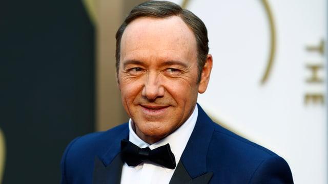 Kevin Spacey im blauen Anzug mit schwarzer Fliege.