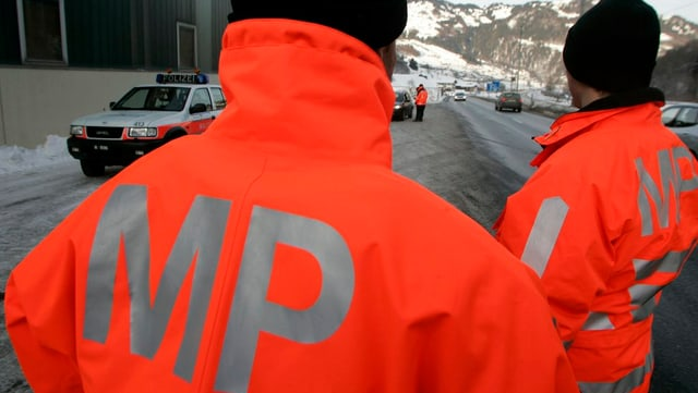 Militärpolizisten überwachen eine Strasse in Graubünden.