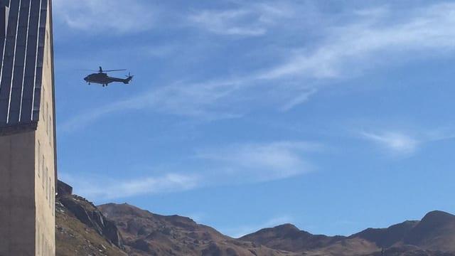 Helikopter über Gebirge