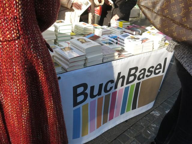 Buchbasel-Schriftzug an Bücherstand.