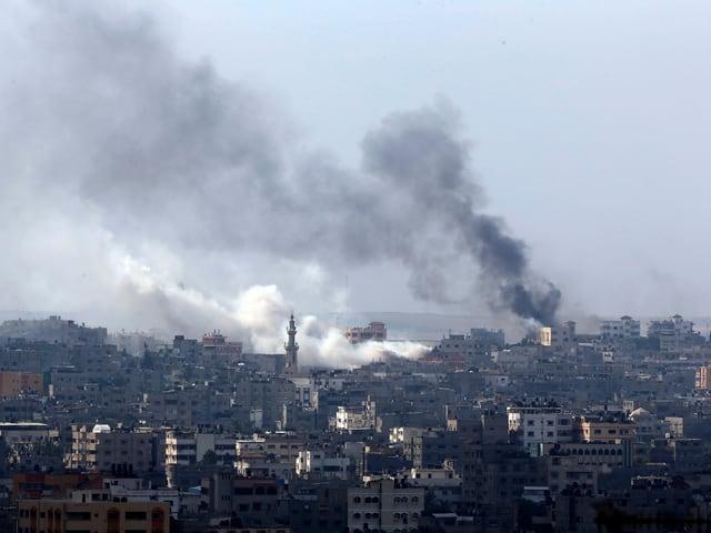 Rauch über Bombeneinschlägen in Gaza-Stadt