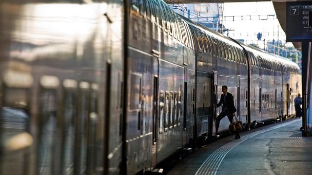 Ein Zug im Bahnhof Bern wartet auf die Abfahrt.