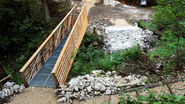 Fussgängerbrücke mit überresten der Täuferbrücke daneben.