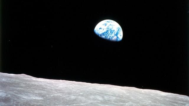 Mondoberfläche mit aufgehender Erde