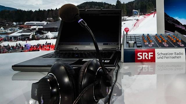 Kommentatorenkabine bei einem Weltcup-Skirennen