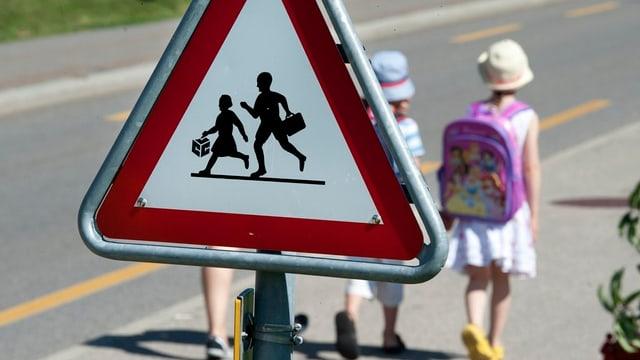 Kinder zu Fuss unterwegs zur Schule