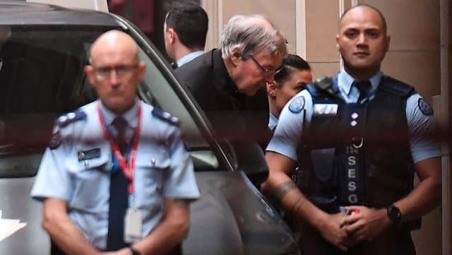 Kardinal Pell trifft vor dem Gerichtsgebäude ein