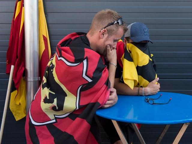 Zwei enttäuschte Männer mit Bern-Fahnen