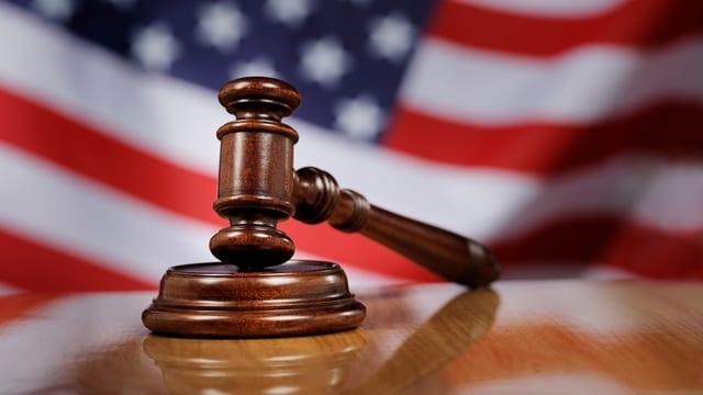 Richterhammer vor amerikanischer Flagge