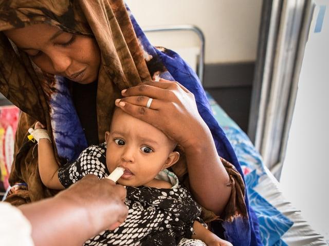 Ein Kind wird von einem Arzt betreut.