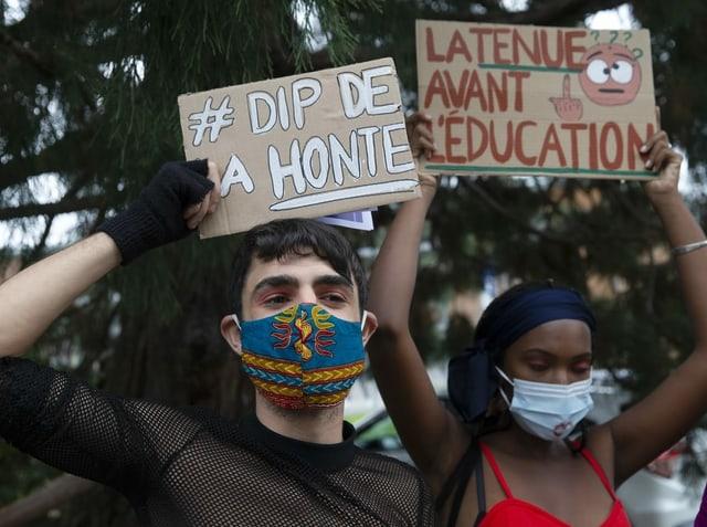Ein Schüler und ein Schülerin protestieren gegen die Kleidervorschriften an Schulen in Genf.