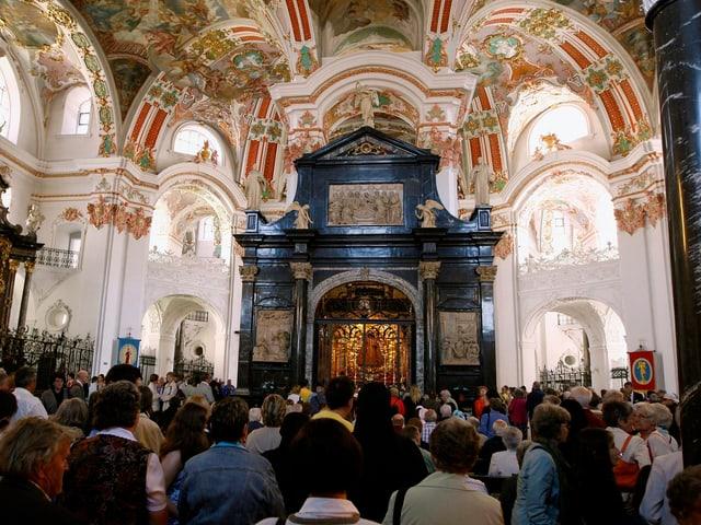Gläubige zu Maria Himmelfahrt in Einsiedeln.