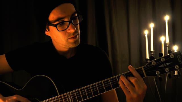 Luca Besio suna ghitarra.