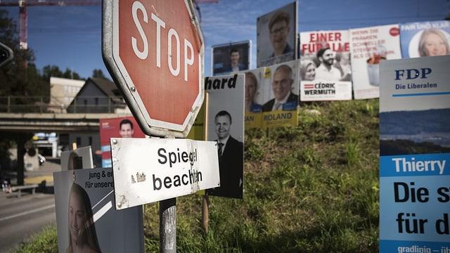 Wahlkampfplakate vor Stop-Schild.