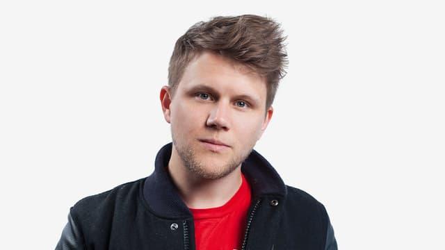 David Kohler alias Knackeboul.in schwarzer Jacke und rotem T-Shirt.