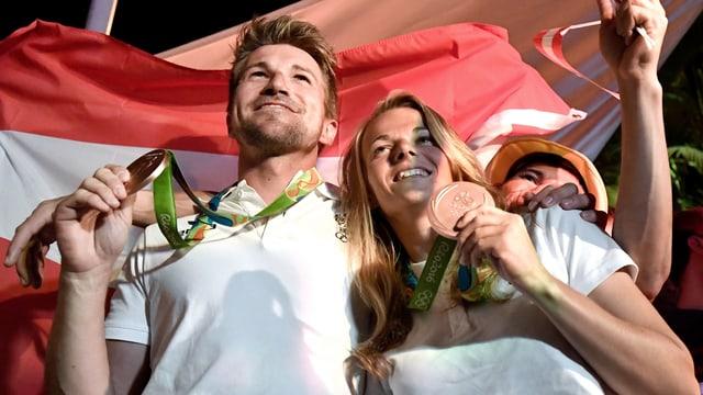 Thomas Zajac und Tanja Frank präsentieren ihre Bronzemedaille.