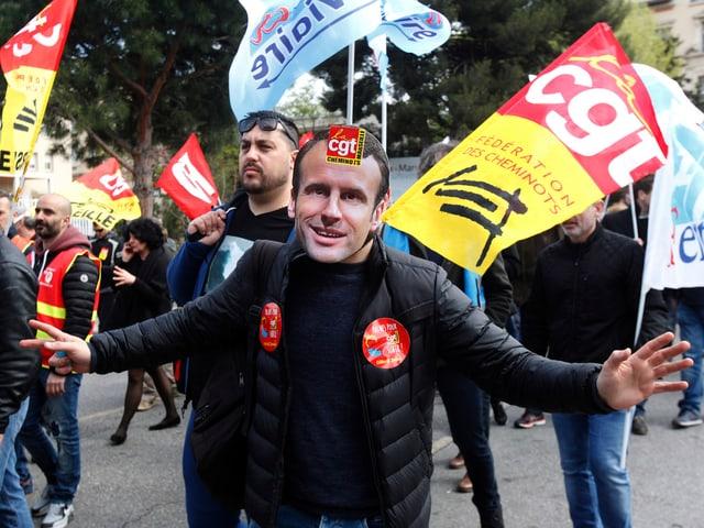 Ein Demonstrant mit Macron-Maske.