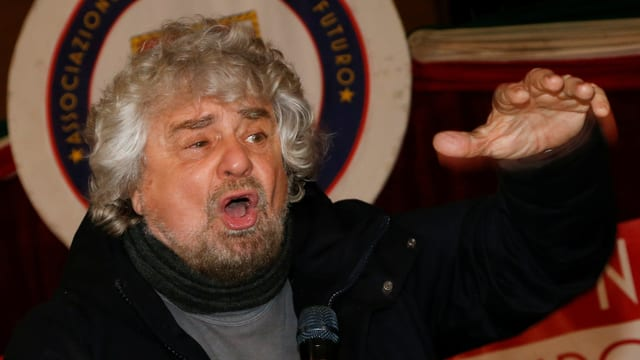 Pepe Grillo gestikuliert.