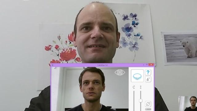 Zwei Männer schauen sich im BIldschirm gegenseitig an.