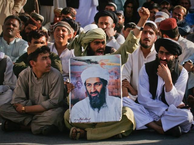 Anhänger einer islamistischen Partei protestieren 2011 mit einem Bin-Laden-Banner