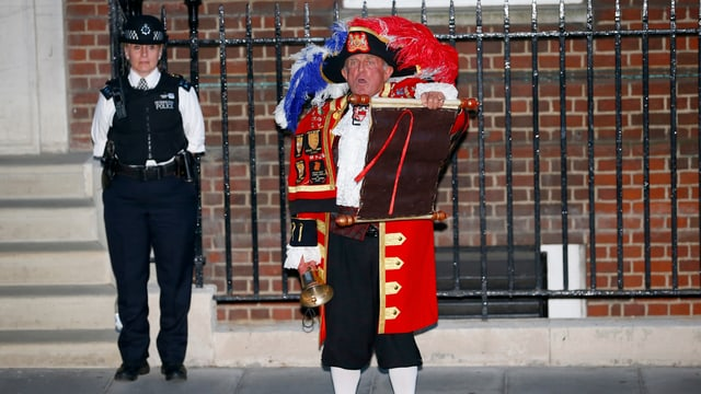 Der Town Crier verkündet die Geburt eines königlichen Kindes