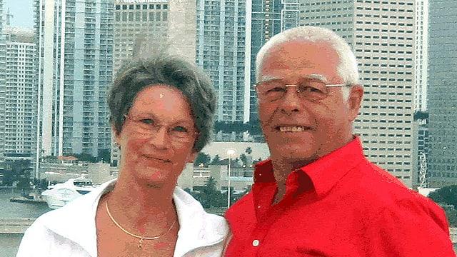 Hermann und Doris stehen vor Hochhäusern.