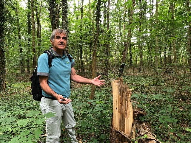 Ueli Meier steht neben einem toten Baum.