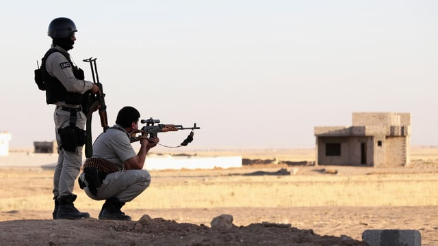 Zwei Soldaten mit Gewehren im Schatten