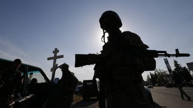 Soldat mit Gewehr in den Armen