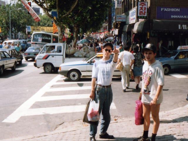 Zwei Männer stehen an einer Strassenkreuzung