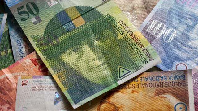 Foto von mehreren Schweizer Geldnoten, ganz vorne die grüne Note mit Sophie Taeuber-Arp.