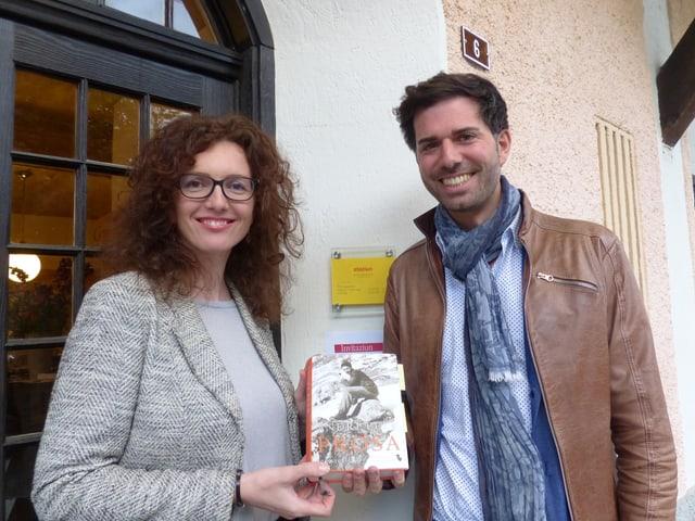 Anita Capaul cun Rico Valär tar la preschentaziun dal tom da prosa d'Andri Peer.