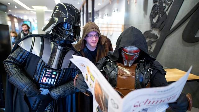 Darth Vader liest die Zeitung.