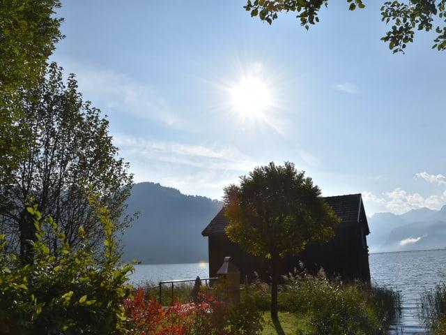 Blick auf eine Haus am Sihlsee.