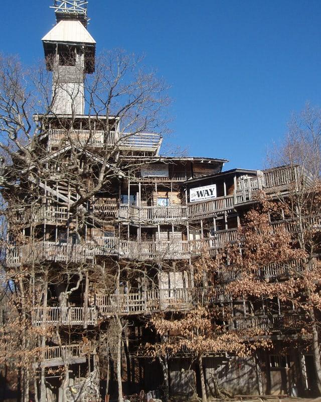 Baumhaus auf 10 Etagen mit vielen Geländern und Turm.